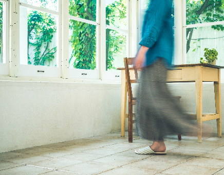 女性が家の中を歩いている画像
