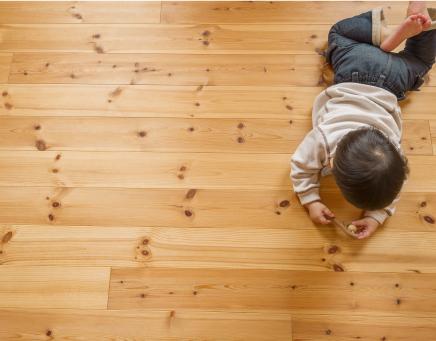 子供が床で寝転んでいる写真