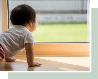 子供がリビングから外を眺めている画像